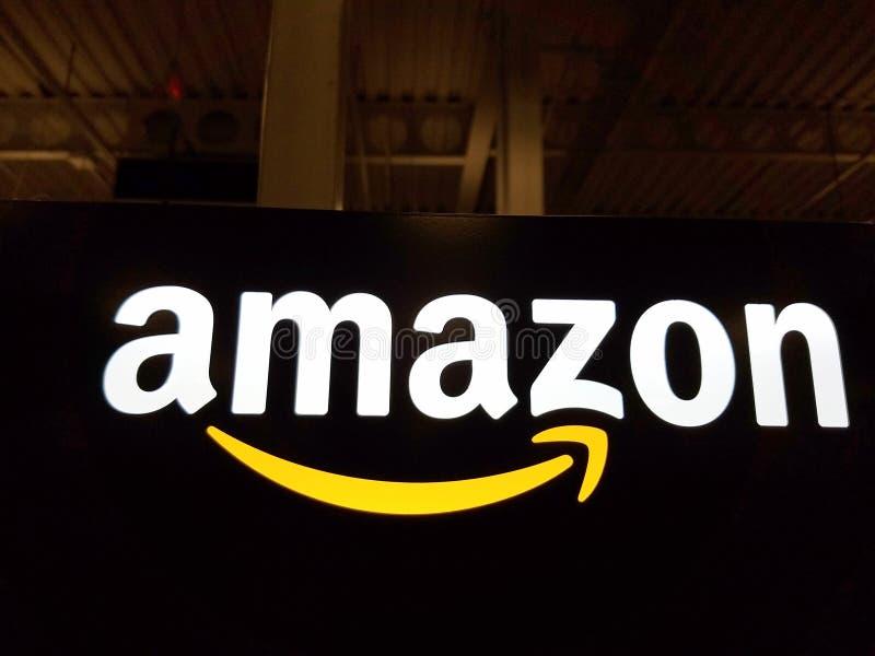 Amazonas-Logo auf schwarzer glänzender Wand in Speicher Honolulus Best Buy lizenzfreie stockfotografie