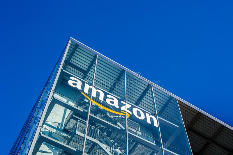 Amazonas-Logo am Bürogebäude, München Deutschland stockfoto
