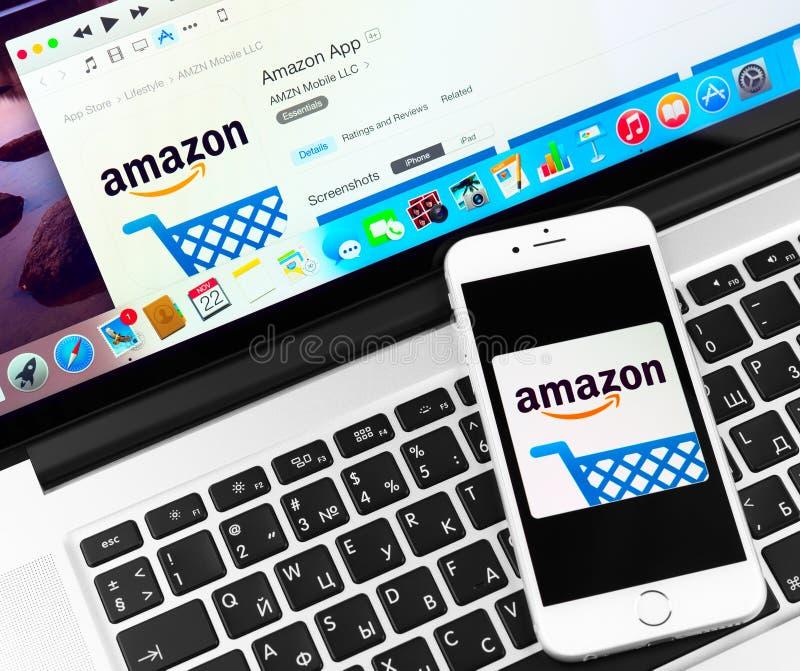 Amazonas na exposição do dispositivo do iPhone 6 de Apple imagens de stock