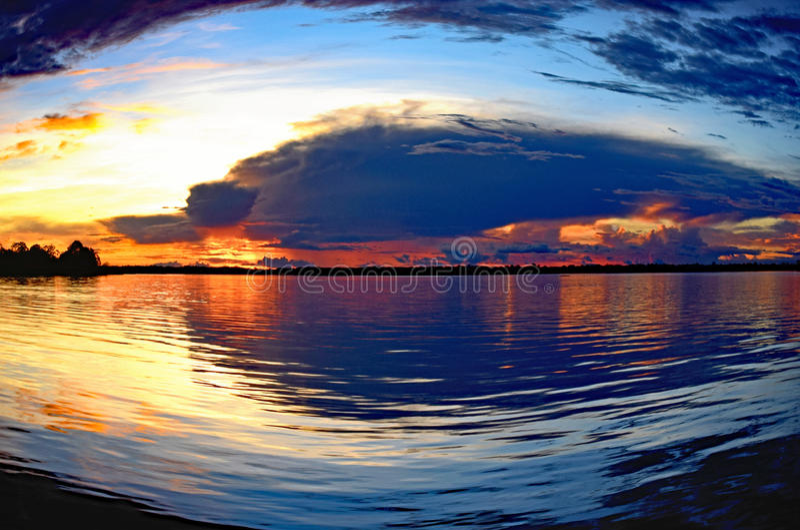 Amazonas-Sonnenuntergang lizenzfreie stockfotografie