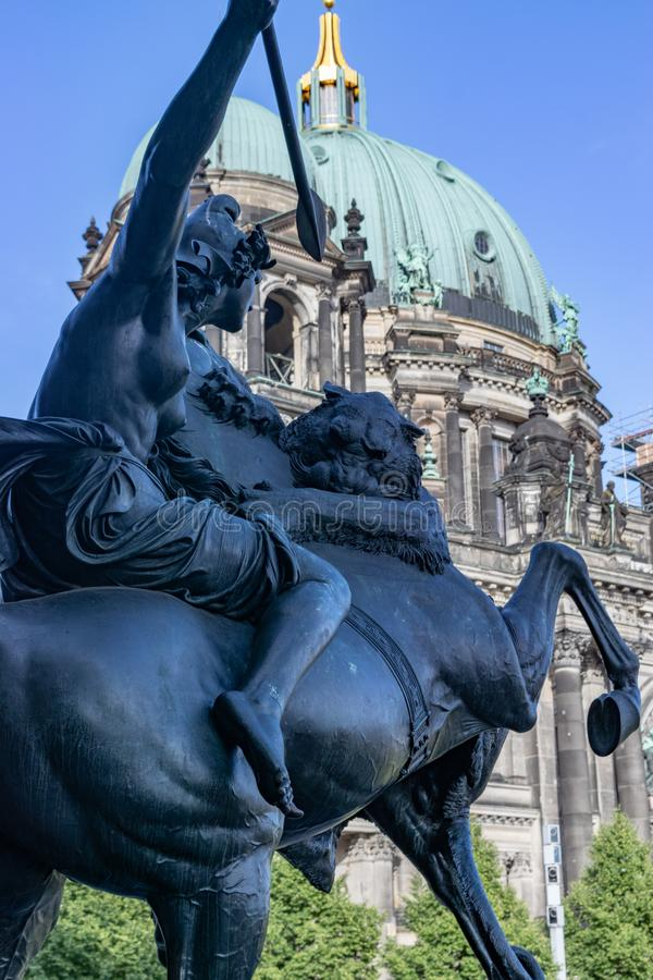 Amazonas-Statue vor Altes-Museum lizenzfreie stockbilder