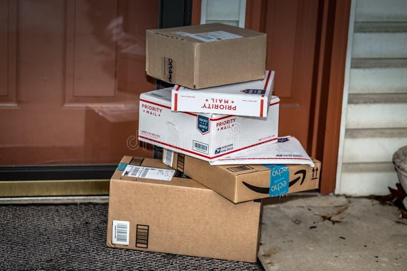 Amazonas und USPS-Pakete lizenzfreies stockbild