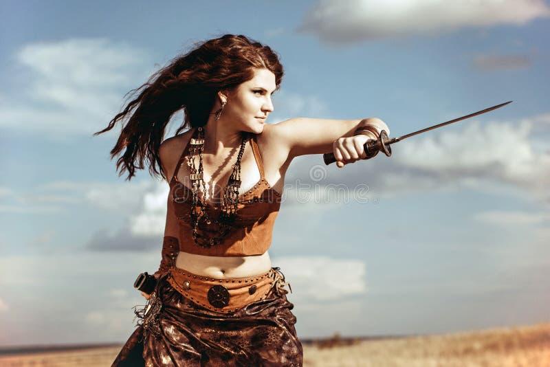 Amazone avec une épée photos stock