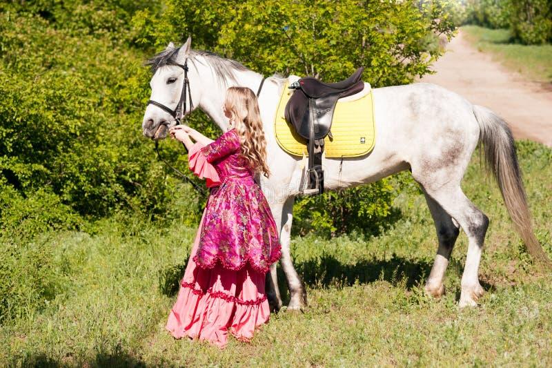 Amazone en wit paard stock afbeelding