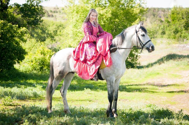 Amazone op wit paard royalty-vrije stock fotografie