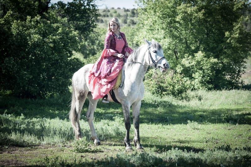 Amazone op wit paard royalty-vrije stock foto