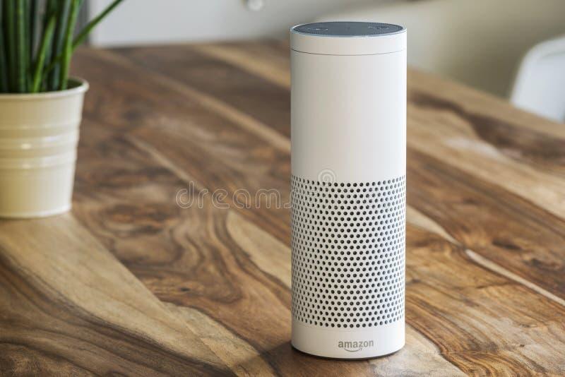 Amazonië Echo Plus, het stromende apparaat van de stemerkenning van Am stock afbeeldingen