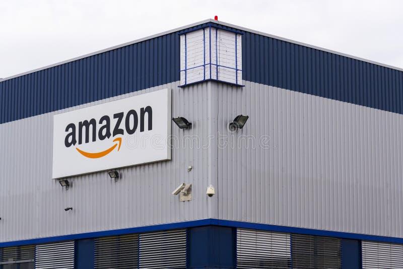 Amazonka elektronicznego handlu firmy logo na logistykach buduje na Marzec 12, 2017 w Dobroviz, republika czech zdjęcia stock