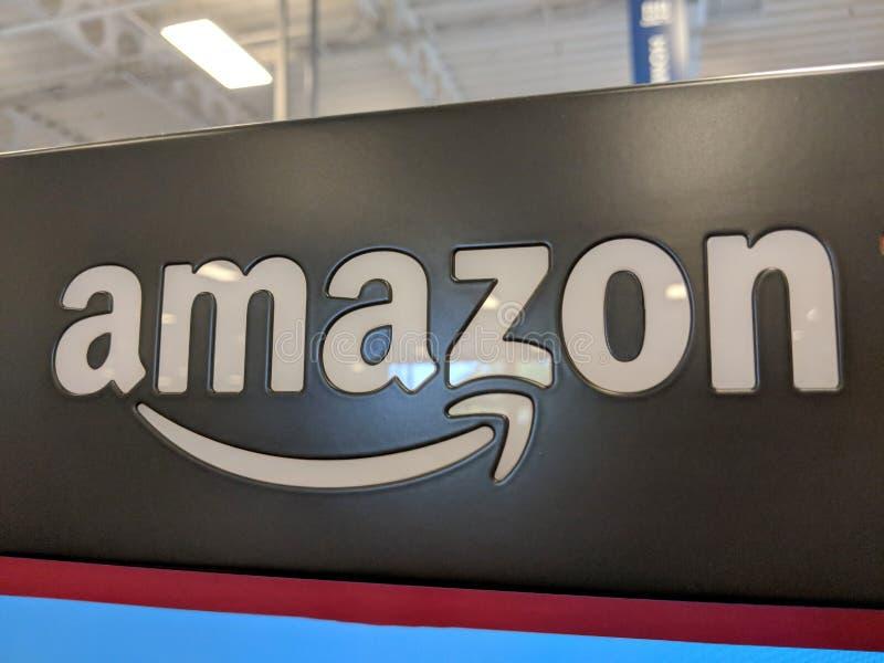 Amazonka logo na czarnej błyszczącej ścianie w Honolulu Best Buy sklepie fotografia stock