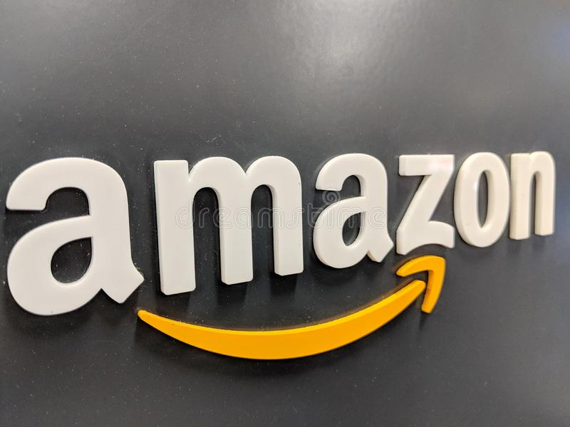 Amazonka logo na czarnej błyszczącej ścianie w Kalifornia Best Buy sklepie fotografia stock