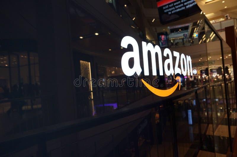 Amazonka logo na czarnej błyszczącej ścianie w San Fransisco centrum handlowym obrazy stock