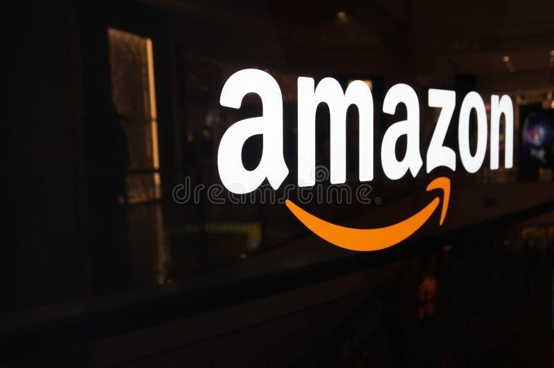Amazonka logo na czarnej błyszczącej ścianie w San Fransisco centrum handlowym zdjęcie royalty free