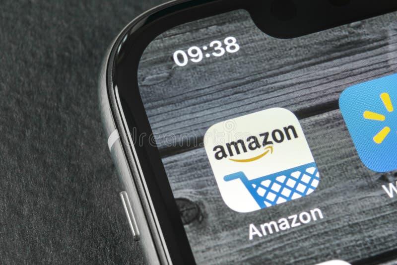 Amazonka zakupy podaniowa ikona na Jabłczany X iPhone parawanowym zakończeniu Amazonka robi zakupy app ikonę Amazonki wiszącej oz fotografia stock