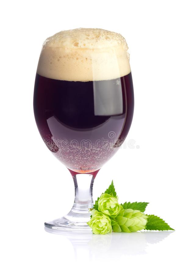 Ambacht donker bier in drinkbeker stock fotografie