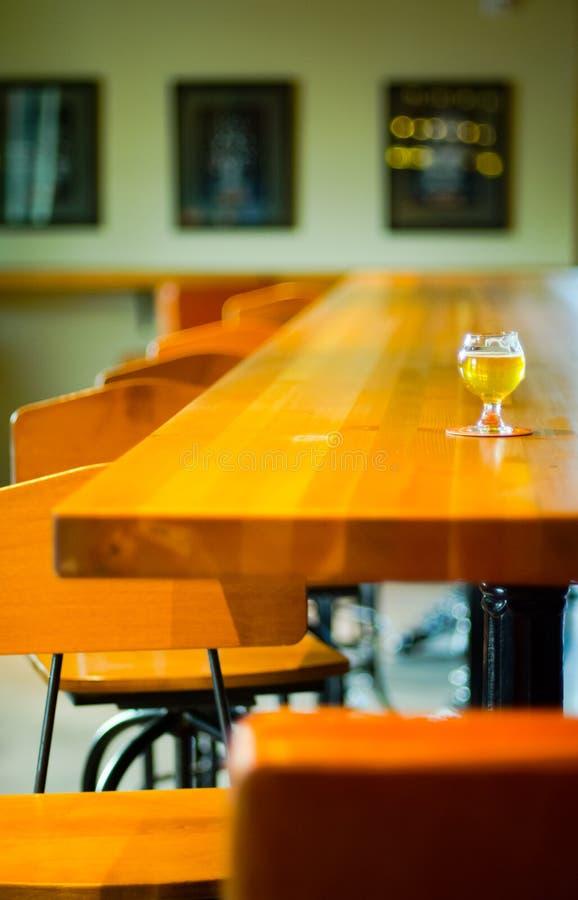 Ambachtbier in de bar stock foto's