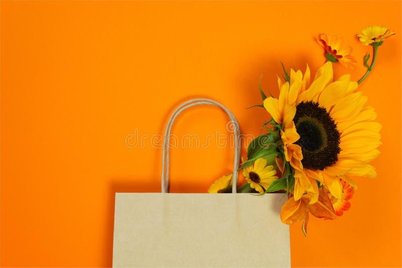 Ambachtdocument zak met de herfstboeket met zonnebloem stock fotografie