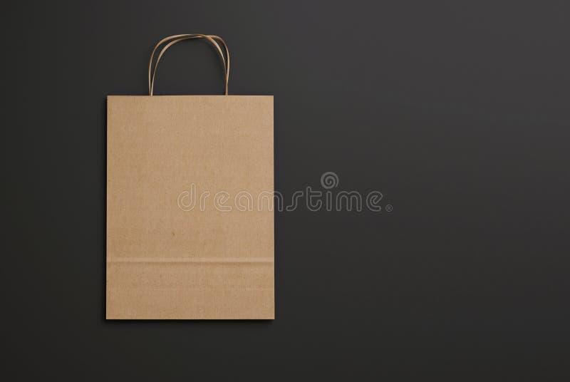 Ambachtdocument zak met handvatten op zwarte achtergrond 3d geef terug stock afbeelding