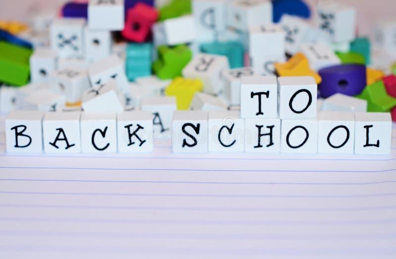 Ambachtparels en van alfabetblokken werktijd terug naar School royalty-vrije stock foto's