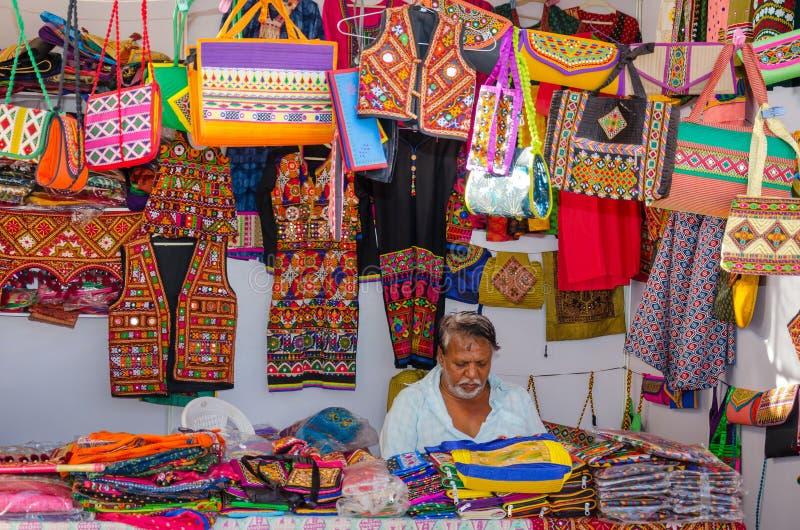 Ambachtsverkoper in zijn winkel, Kutch, Gujarat, India stock foto's
