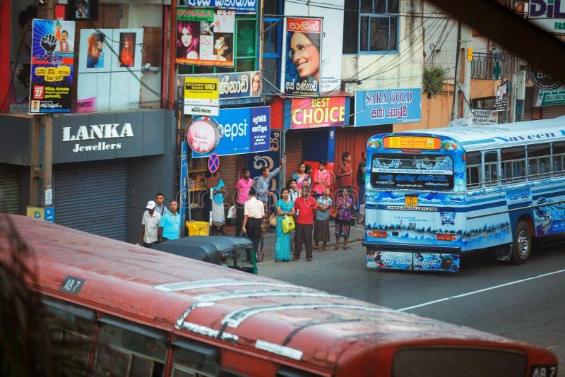 Ambalagonda, Sri Lanka - 2 de febrero de 2017: Parada de autobús srilanquesa pública regular Tráfico de Moring en la ciudad fotos de archivo libres de regalías