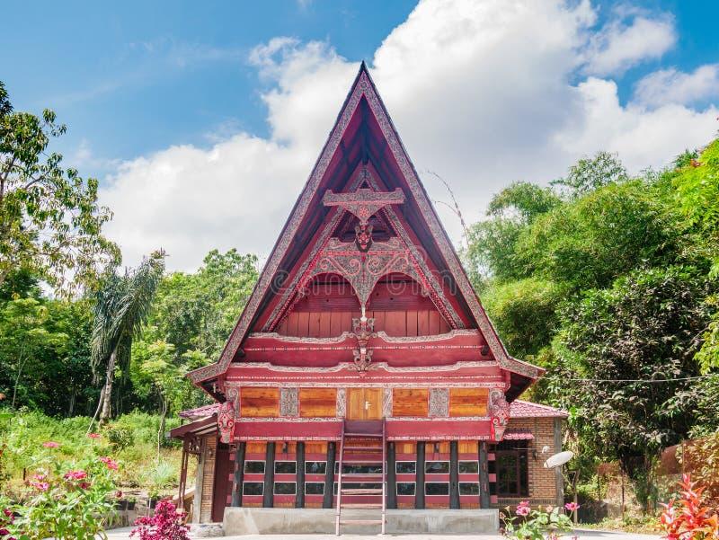 Ambarita, Индонезия - 21-ое февраля 2019: Фасада дома Batak вид спереди деревни традиционного традиционный на озере Toba, известн стоковая фотография rf
