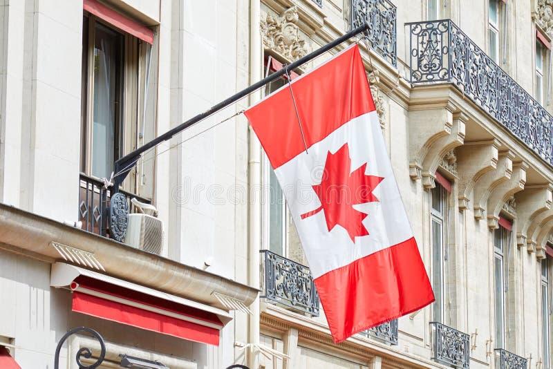 Ambasciata del Canada con la bandiera rossa e bianca del Canada in un giorno di estate soleggiato a Parigi, Francia fotografia stock libera da diritti