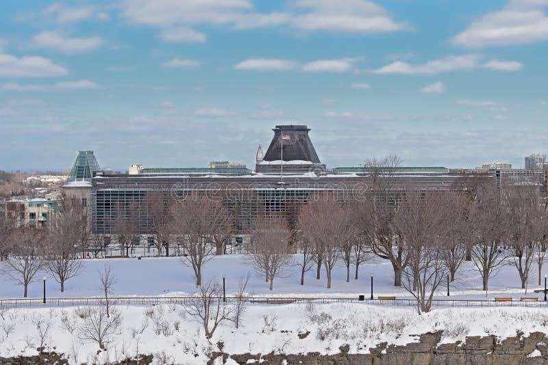 Ambassade van het de Verenigde Staten en park van de Belangrijke heuvel in de winter iwht naakte bomen en sneeuw stock foto