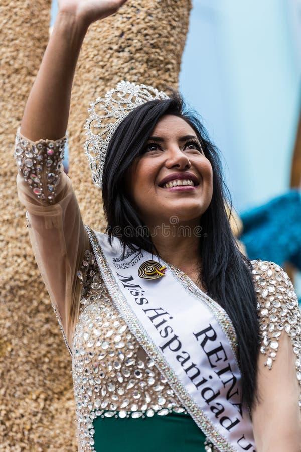 Ambato, Ecuador/am 15. Februar 2015 - Schönheits-Königin bewegt wellenartig, um sich zu drängen lizenzfreie stockfotos