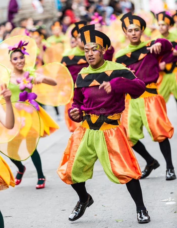Ambato Ecuador/Februari 15, 2015 - gruppen i dräkt dansar på carnen royaltyfria bilder
