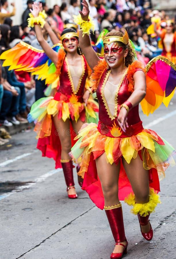 Ambato Ecuador/Februari 15, 2015 - gruppen i dräkt dansar på carnen arkivfoton