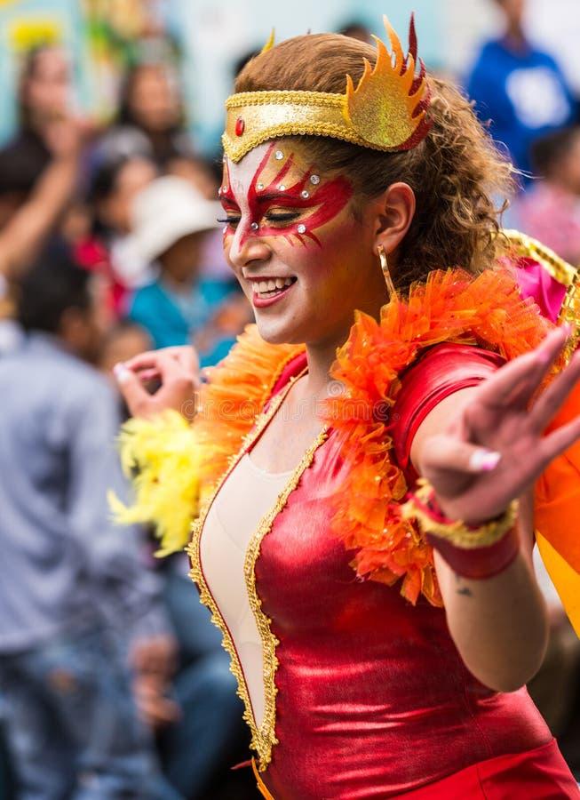 Ambato Ecuador/Februari 15, 2015 - kvinnan i dräkt dansar på carnen royaltyfri fotografi