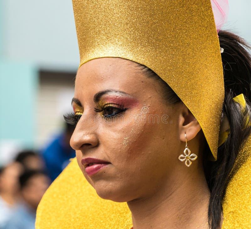 Ambato Ecuador/Februari 15, 2015 - kvinnan i dräkt dansar på carnen fotografering för bildbyråer