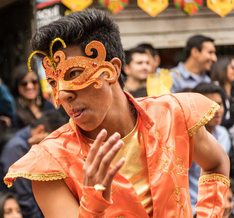 Ambato Ecuador/Februari 15, 2015 - mannen i dräkt dansar på Carnav arkivfoto