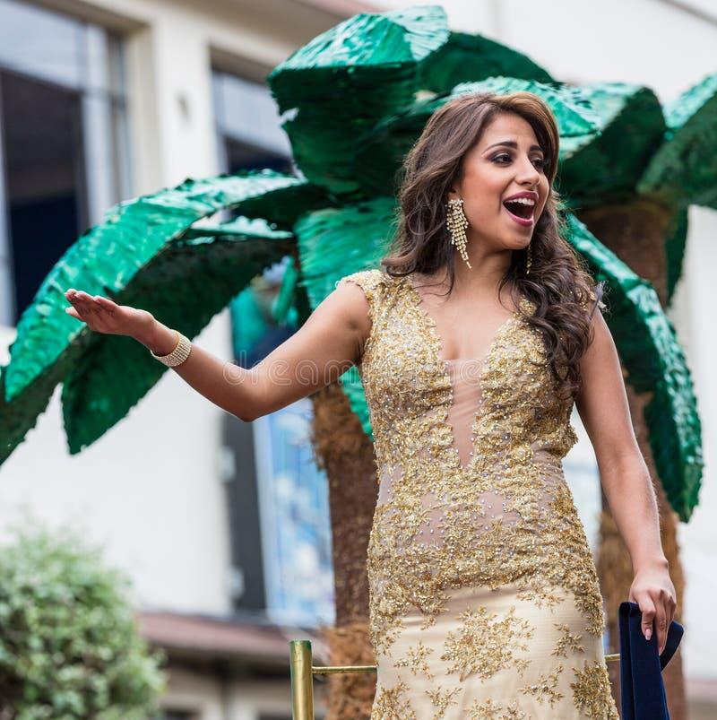Ambato, Equador/15 de fevereiro de 2015 - a rainha da beleza acena para aglomerar-se foto de stock royalty free