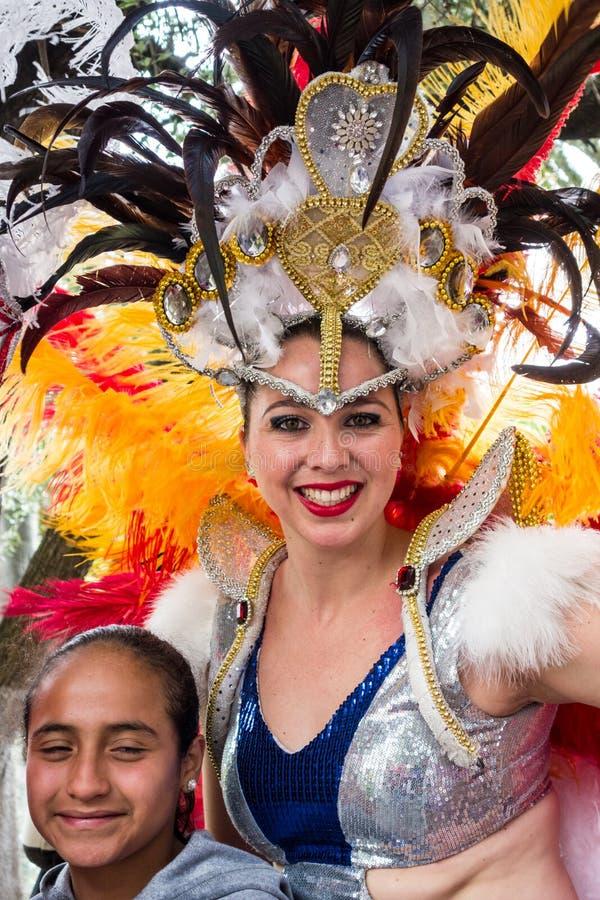 Ambato, Equador/15 de fevereiro de 2015 - a rainha da beleza acena para aglomerar-se imagens de stock royalty free