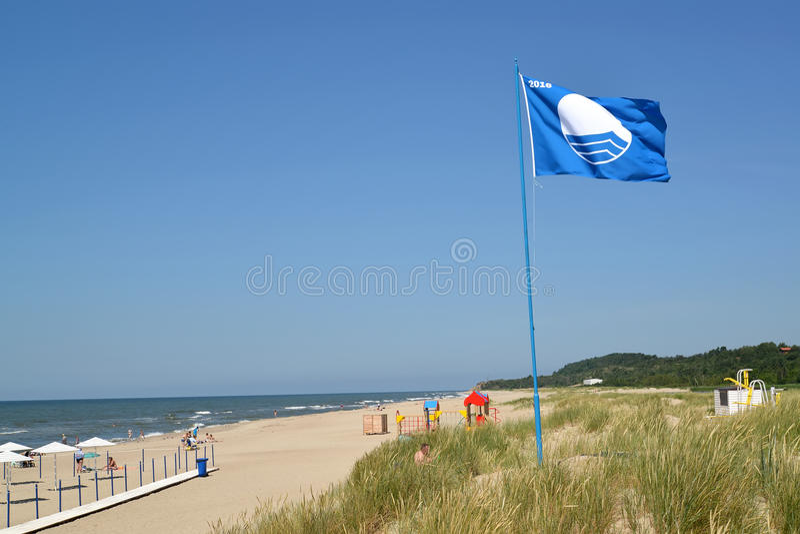 AMBER, ΡΩΣΙΑ Το διεθνές σημάδι της μπλε σημαίας παραλιών κυματίζει πέρα από την παραλία πόλεων, η περιοχή Kaliningrad στοκ εικόνες