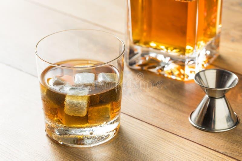 Amber Bourbon oscura con las piedras del whisky imagen de archivo libre de regalías
