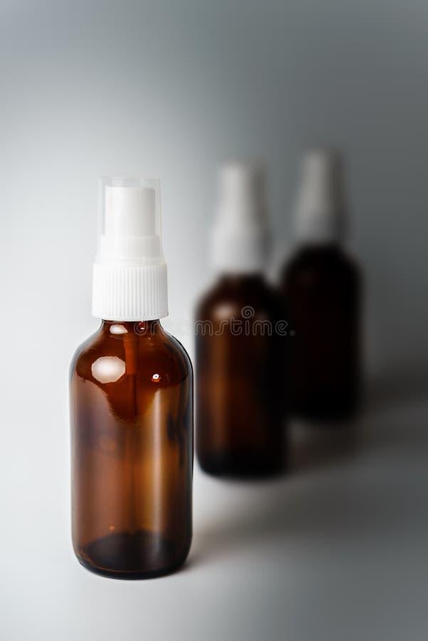 Amber Brown Glass Spray Bottles che si sbiadisce al Grey fotografia stock libera da diritti