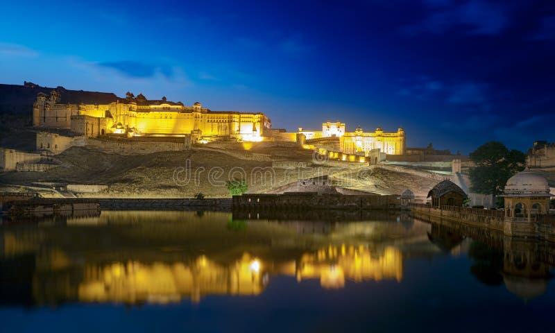 Amber Fort e lago Maota na noite. imagens de stock