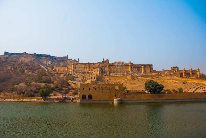 Amber Fort op een achtergrond van de vijver jaipur India stock afbeelding