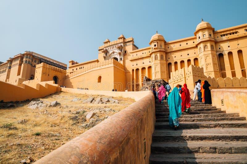 Amber Palace y mujer con el vestido indio tradicional en Jaipur, la India fotografía de archivo