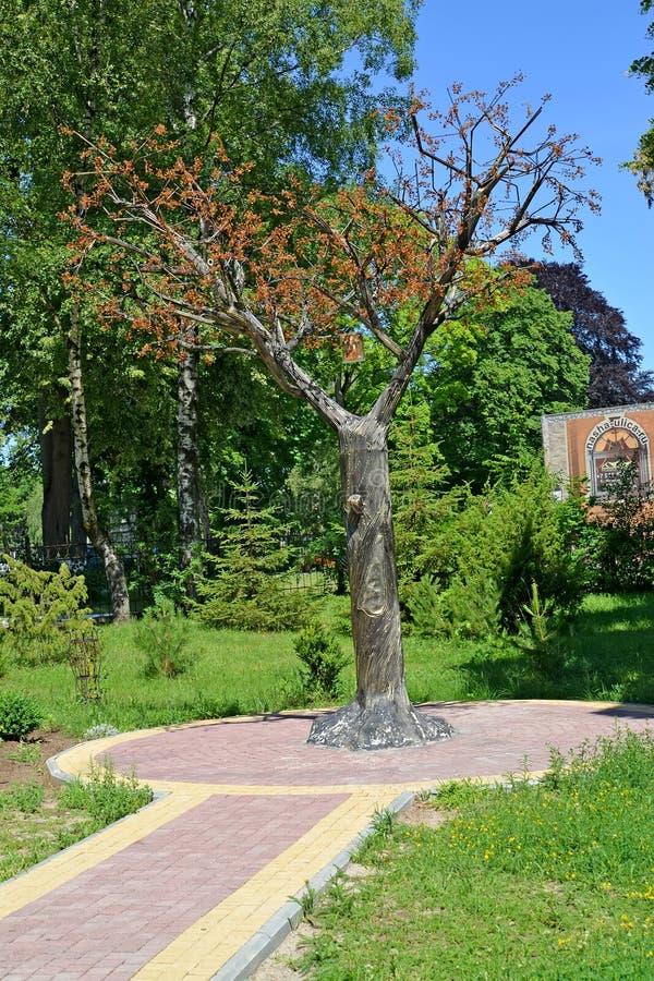 AMBER, RUSLAND Een decoratieve boom met kroon van amber in de zomerdag stock afbeeldingen