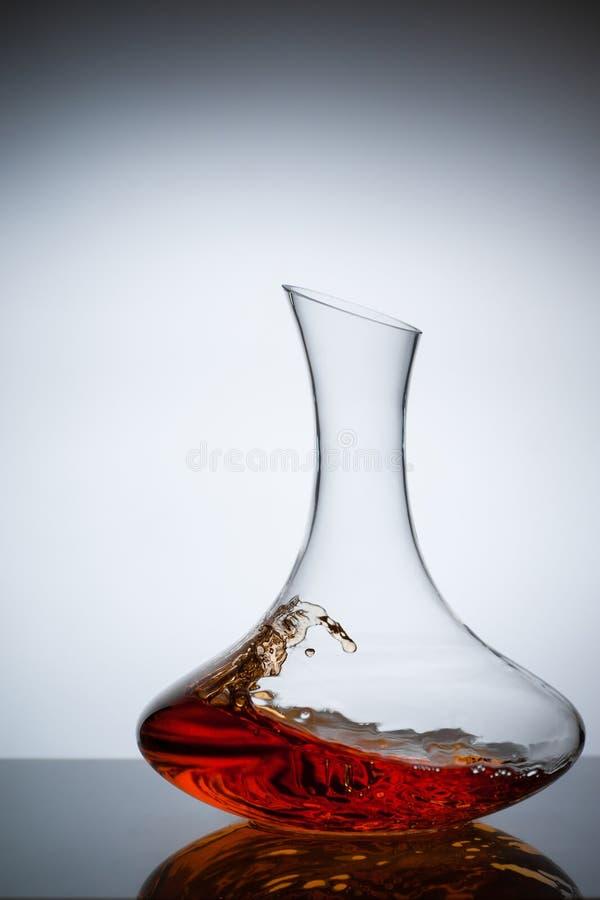 Amber Wine Una spruzzata di vino in decantatore fotografie stock libere da diritti
