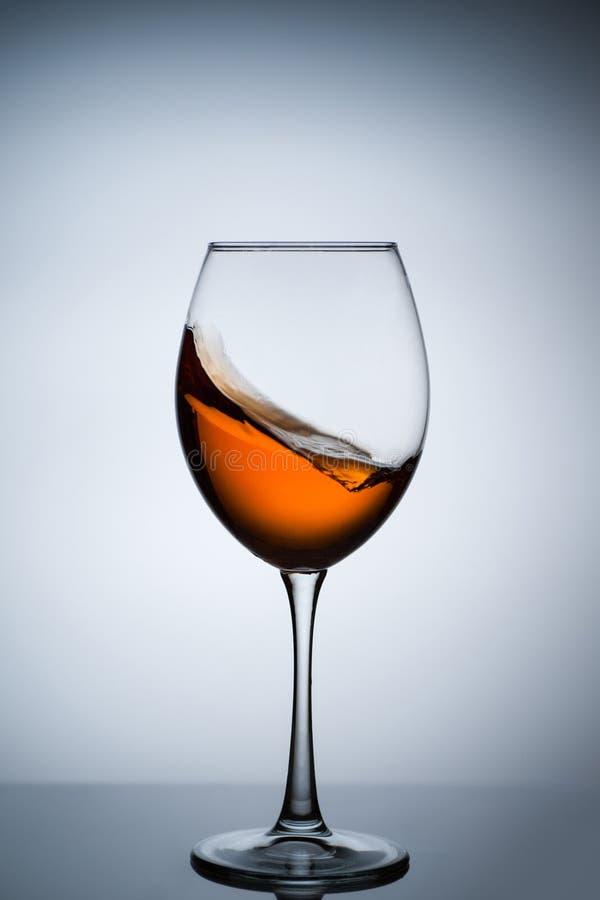 Amber Wine Una spruzzata di vino in un vetro fotografie stock