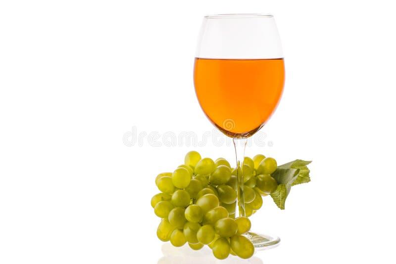 Amber Wine Wijn in een glas dichtbij druiven royalty-vrije stock foto's