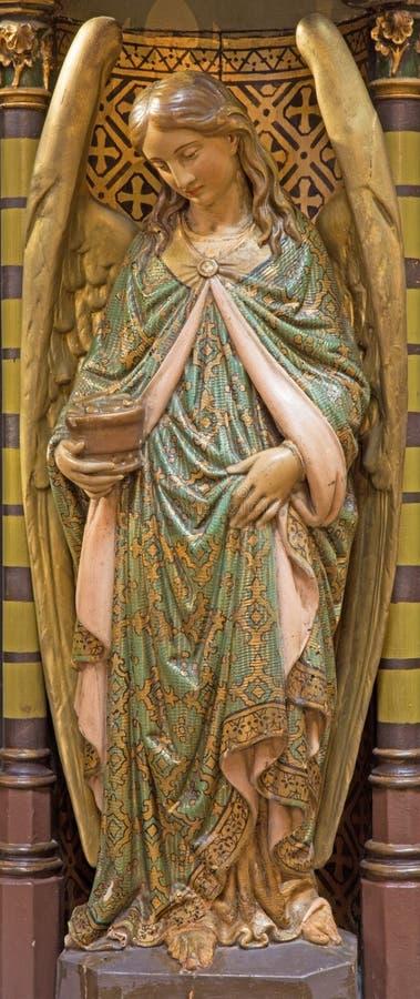 Amberes - ángel policromo tallado del púlpito de Joriskerk o de la iglesia de San Jorge fotografía de archivo