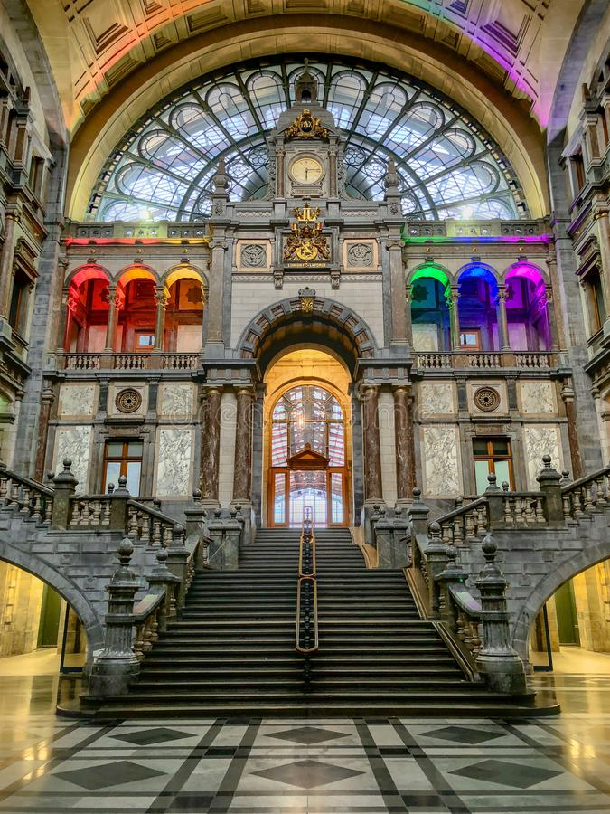 Amberes, Bélgica - Anno 2018: Dentro de la estación de tren monumental de Amberes fotografía de archivo libre de regalías