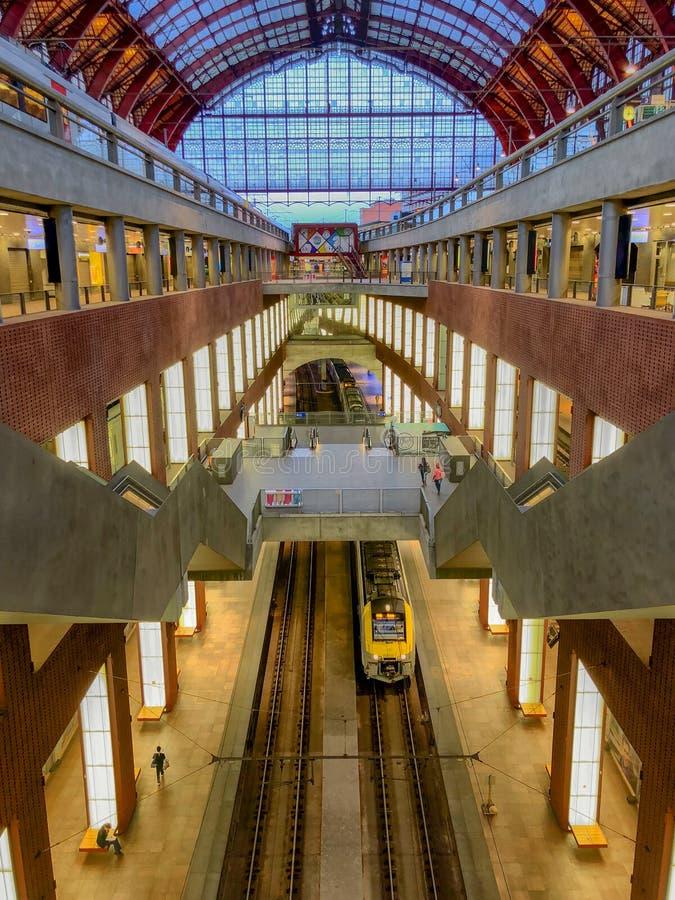 Amberes, Bélgica - Anno 2018: Dentro de la estación de tren monumental de Amberes foto de archivo