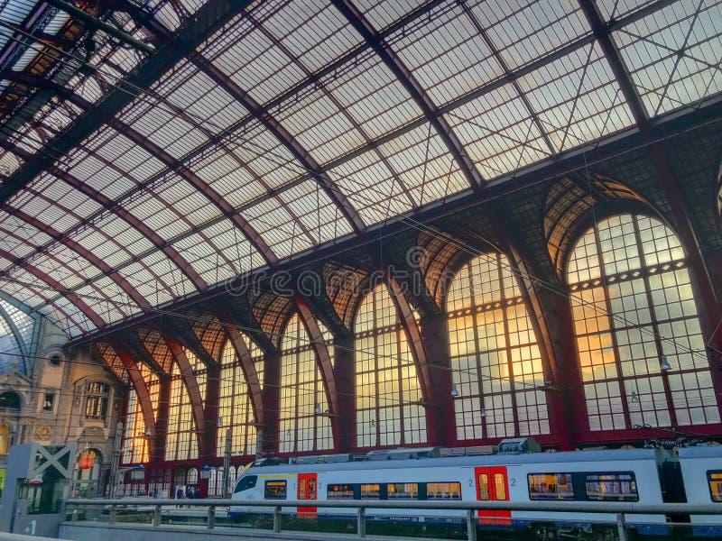Amberes, Bélgica - Anno 2018: Dentro de la estación de tren monumental de Amberes foto de archivo libre de regalías