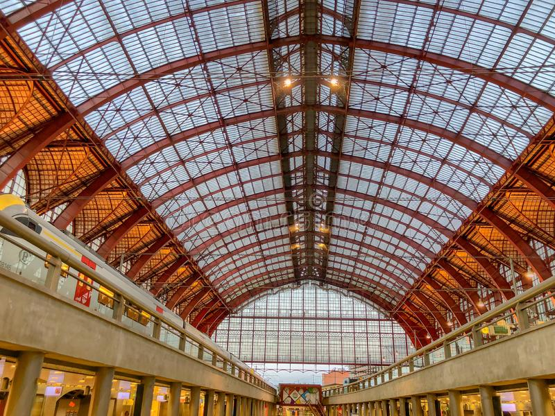 Amberes, Bélgica - Anno 2018: Dentro de la estación de tren monumental de Amberes fotos de archivo libres de regalías